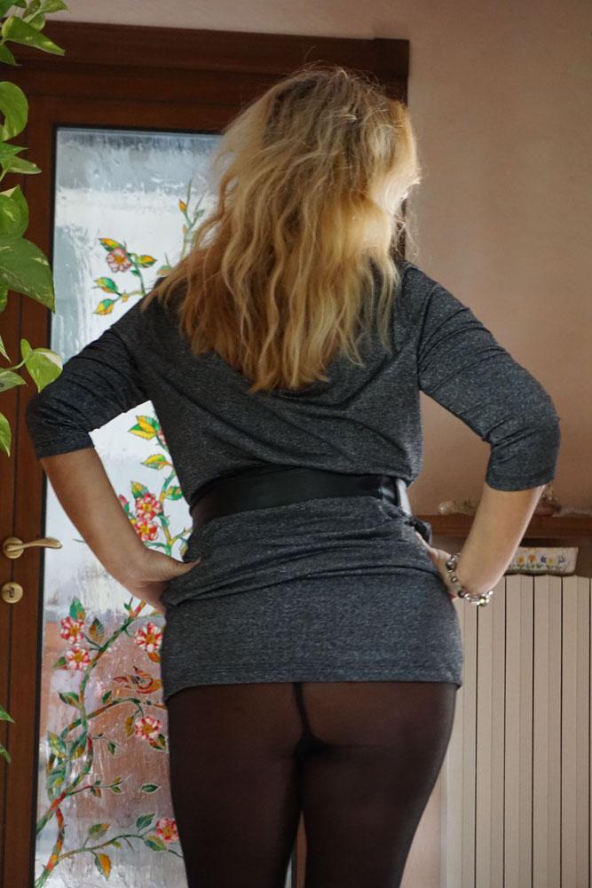 La Signora del pissing  una deliziosa MILF che ama tutti i piaceri della vita