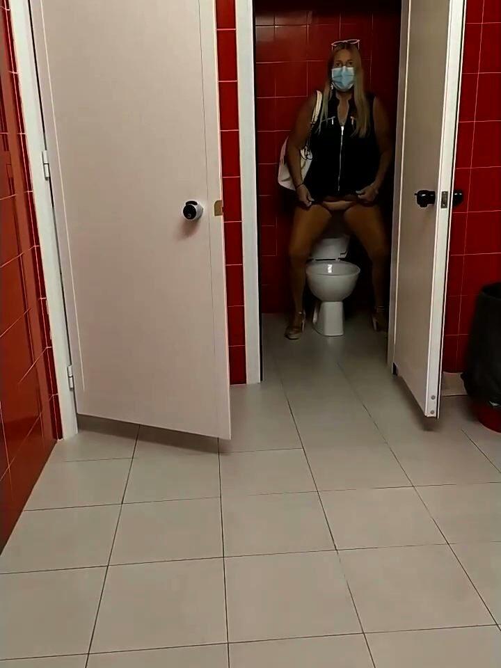 pioggiadorata alla toilette pubblica