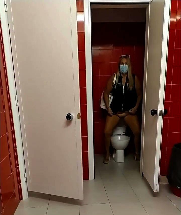 pioggia dorata alla toilette pubblica